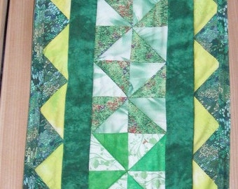 Green and gold pinwheel table runner