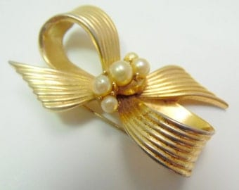 """Demure gold tone BOW Tie brooch, with pearl center. Very well made, and 2"""""""