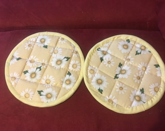 Set of two daisy pot holders with yellow trim