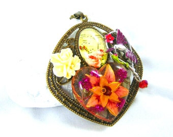 The bird of paradise pendant with flowers for Christmas