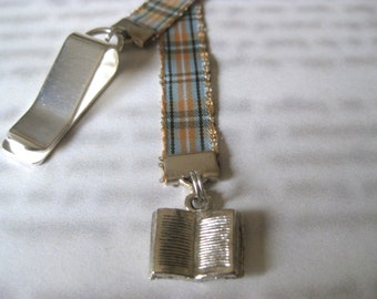Book Lovers bookmark - Attach clip to book cover then mark the page with the ribbon. Never lose your bookmark!