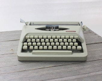 Vintage Royal Royalite manual typewriter, Made in Holland, with original soft leatherette case...in excellent condition