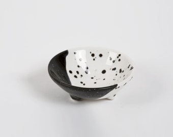 Speckle Ring Dish, Speckle Dish, Speckle Plate, Round Ring Dish, Wedding Ring Holder, Modern Ring Dish, Black White Ring Dish, Small Dish