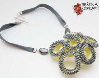 Collana Cerniere Gialle, Ematite - Raso Zipper necklace with ribbons and semi-precious stones (hematite)