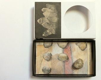 Art box:Shadow box, petit diorama dans une boîte d'allumette.Collection de petits cailloux.