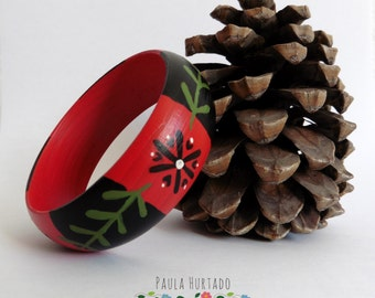 Bracelet of black and red wood with flowers.