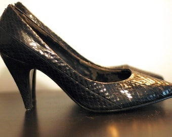 Black snakeskin pumps size 6 B
