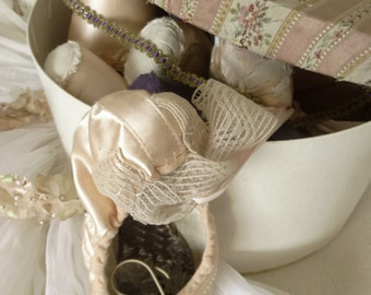 Simply divine, 6 pairs of vintage ballet shoes / pointe shoes in a beautiful old hatbox...CHARMANT!
