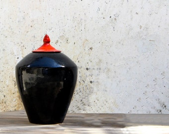 Ceramic pot wood enameled in black lacquered with lid