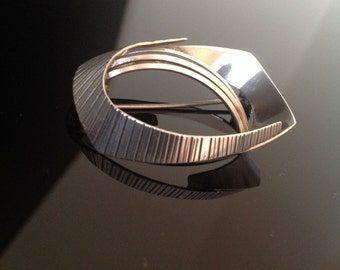 Stylish 1950s 1960s modernist brooch in silver vintage