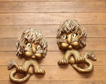 vintage kitschy lion wall hanging set . Homco plastic lion kids room decor . gold lion plaques with shaggy hair . kitsch wall decor