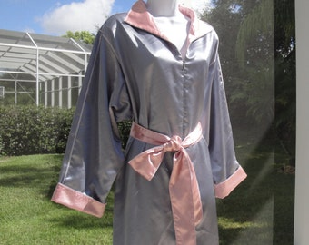 Vintage Fernando Sanchez zip front robe, Lovely soft grey with pink trim, Sz Medium, Removable self belt, Made in USA, Wear it unbelted too!