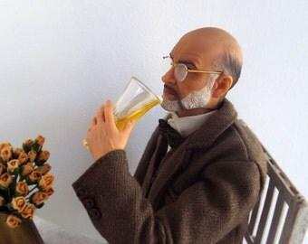 Miniatura cerveza Pilsner inclinada en Media copa con espuma en el vaso de acrílico - resina realistas bebidas para muñecas escala 1:6 y figuras de acción