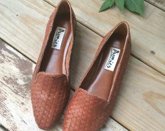 Vintage Size 7.5 Woven Brown Premier Flats // 1980s 7 1/2 80s leather shoes