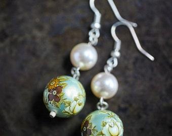 Flowers and Light Cream Pearl Beads Earrings