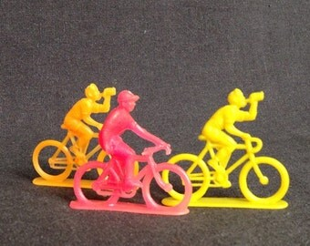 Le Tour de France. Vintage plastic toy cyclists set.