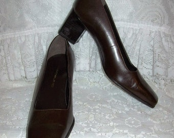 Vintage Ladies Brown Leather Pumps by Bandolino Size 6 Only 8 USD