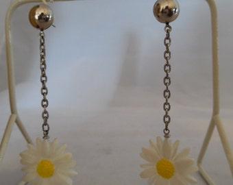 Vintage 1980s Plastic Daisy Drop Earrings
