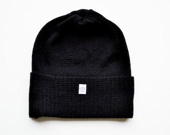 Schwarze Beanie dünn, weich, minimalistischer Stil, 100% Merino,  Ganzjahres-Mütze, trendy Haube, kratzfreie Kopfbedeckung, Allwetter-Beanie