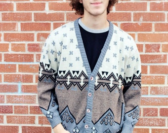 A superb grey  sweater with geometry pattern.