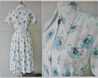 Lovely 70s Pleated Vintage Dress With Blue And Pink Flowers // Size 42