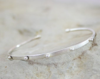 Bracelet in sterling silver with five delicate raised dots