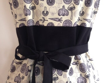 Apron kitchen for woman. Reversible. Apron for child available. Reasons vegetables. Beige, grey and black.