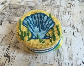 Vintage coinpurse. 1960's embrodiered pouch. Seashell purse. 60's coinpurse. Embroidered small purse. FREE SHIPPING!