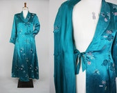 SALE*** 1950s Oriental Dressing Gown / 50s Satin House Coat / Chinese Robe / Peony Oriental Gown / Size Small / S M