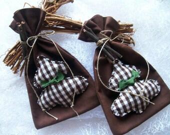 X2 sacs marron pour décoration en tissu avec sapin et branches de bois - faits main - 16 x 10.5 cm - vendu par 2