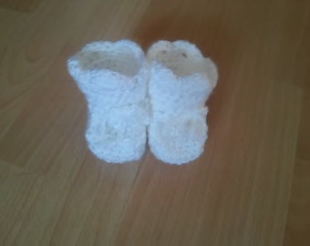 crochet baby shoes in white
