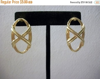 ON SALE Vintage Gold Tone Intertwinning Earrings 1102
