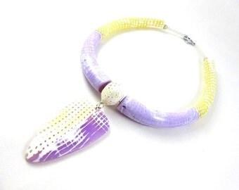 Torque violet et jaune en pâte polymère, collier ras du cou original, couleurs vives, idée cadeau