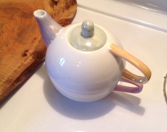 Teapot and cup of Alice
