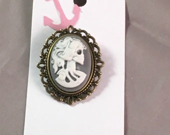 Skull broach grey