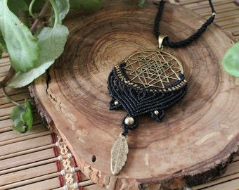 Bead necklace on macrame with bronze.