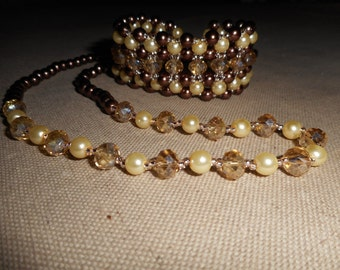 Bracelet and necklace with seed beads, glass beads and faceted beads.