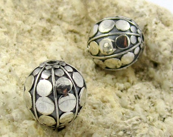 2 pieces Bali round handmade silver beads 10mm - hole 1mm Oxidized