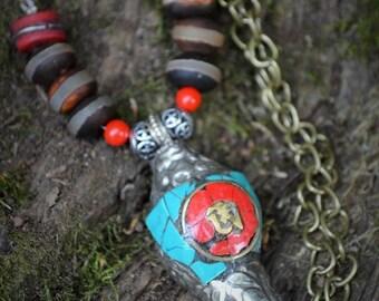 Prachtige ketting handgemaakt van Tibetaanse stijl agaat half edelstenen ,2 Koraal kraaltje en een handgemaakte Rituele Tibetaanse schelp.