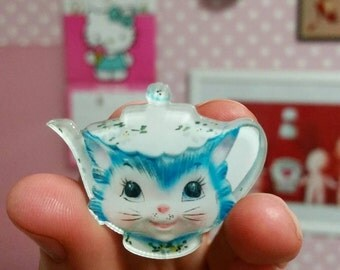 Kitschy cute Miss Priss teapot kitty cat pin badge vintage inspired Lefton kitsch mod