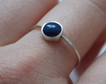 Very fine Silver ring with round lapis lazuli stone