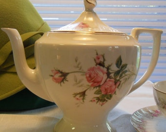 Classic White Tea Pot with Pink Roses Giftable  Collectible in excellent condition