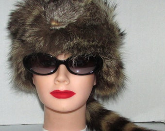 Vintage chapeau de fourrure de  chat sauvage naturel unisex /Vintage natural raccoon with tail and head fur hat .