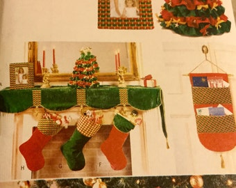 Butterick 4603  Christmas Stockings, Tree Skirt, Card Banner, Mantel Scarf Pattern. uncut, Home Decoration