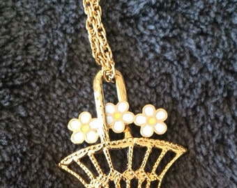Adorable vintage enamel necklace.Daisies in a basket.