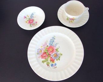 12 Piece Vintage Spring Bouquet by Edwin Knowles Dinnerware Set, Luncheon Plates, Bowls