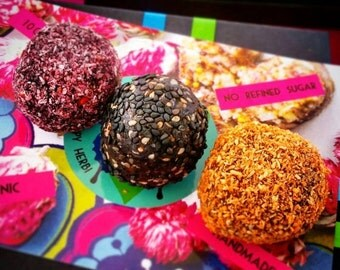 Limited edition: A three-pack with 3 raw vegan energy balls in purple, orange and black. Halloween treats