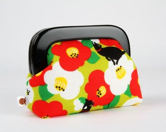 Little purse with resin frame - Cats on big flowers in green and red - Girly purse / Black frame / Cute japanese fabric / Kitties