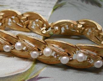 Vintage Signed Crown TRIFARI Pearl & Brushed Gold Link Bracelet