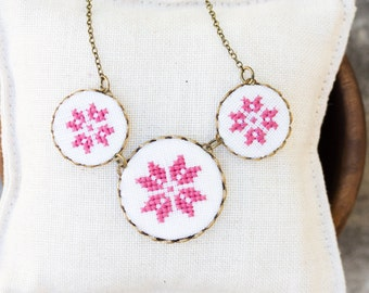 Hand embroidered necklace with dusty pink embroidery - n009pink